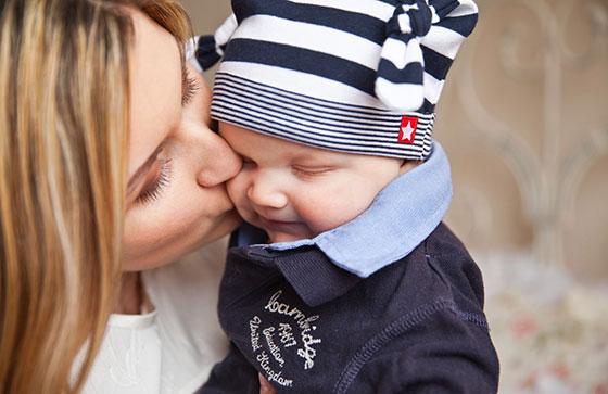 maman bisou bébé