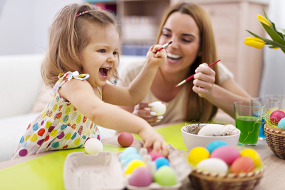 Image : Pâques - décoration des oeufs avec les enfants
