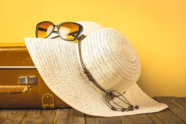 valise, lunettes et capeline pour unweek end prolongé