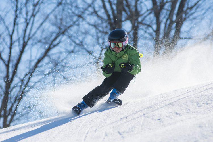 garçon qui skie