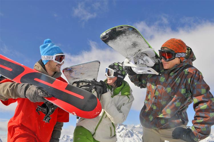 """Photo d'un groupe de snowboardeur prise à proximité du village de vacances VTF """"Le Balcon de l'Alpe"""" à l'Alpe d'Huez"""